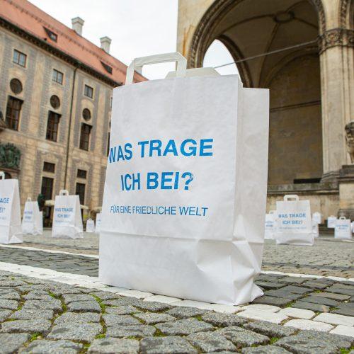 Eine der vielen Papiertüten des Friedens, bedruckt mit der Frage Was trage ich bei? Für eine friedliche Welt.
