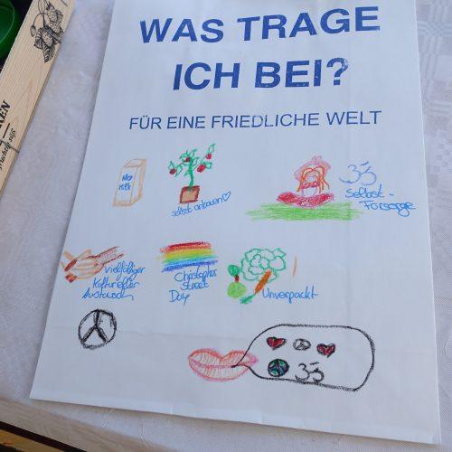Buntbemalte Papiertüte des Friedens mit Bildern von einer No Milk Tüte, Selbstanbau, Selbstfürsorge, vielfältiger kultureller Austausch, Christopher Street Day, Unverpackt einkaufen.