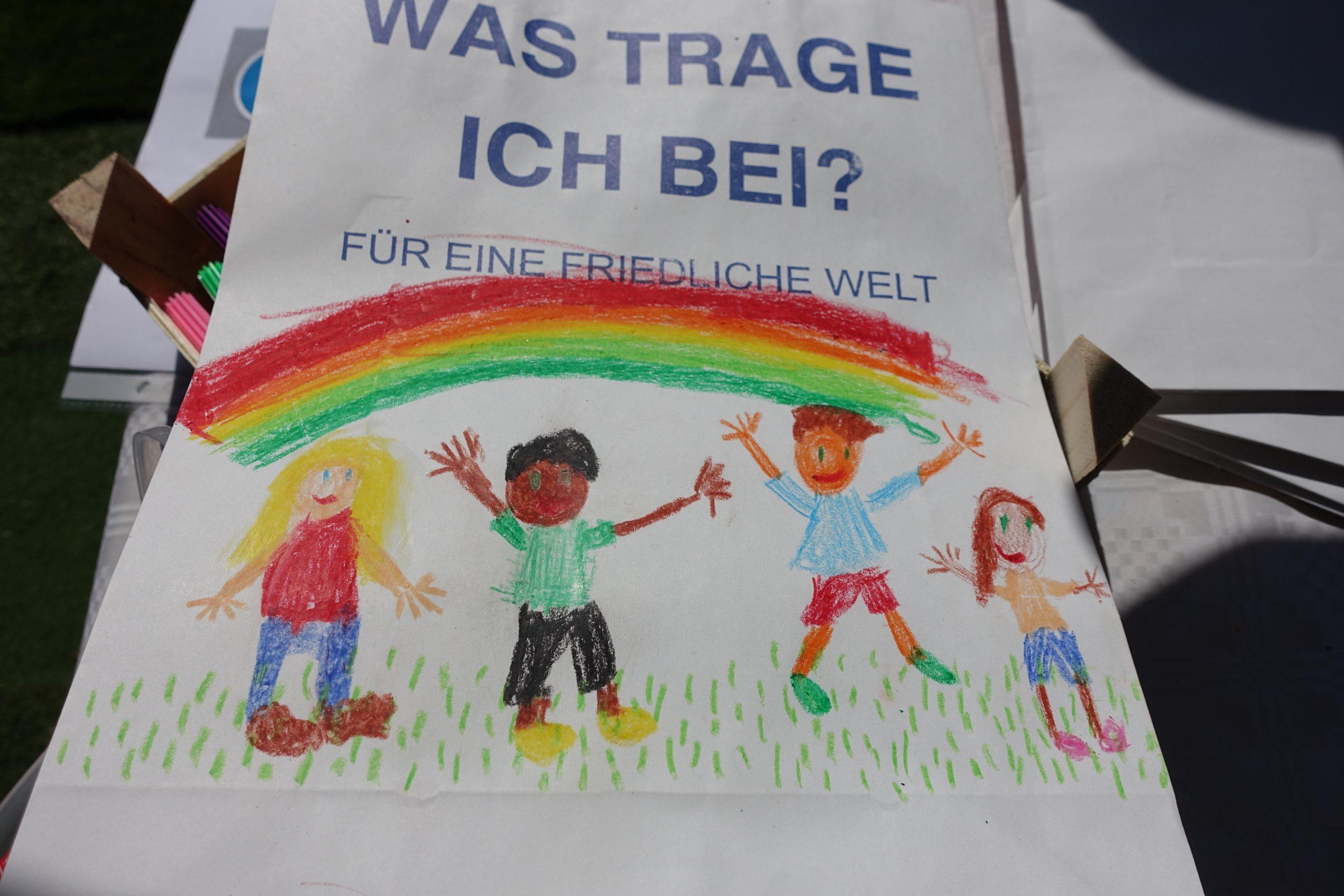Buntbemalte Papiertüte des Friedens mit vier Kindern unter einem Regenbogen.